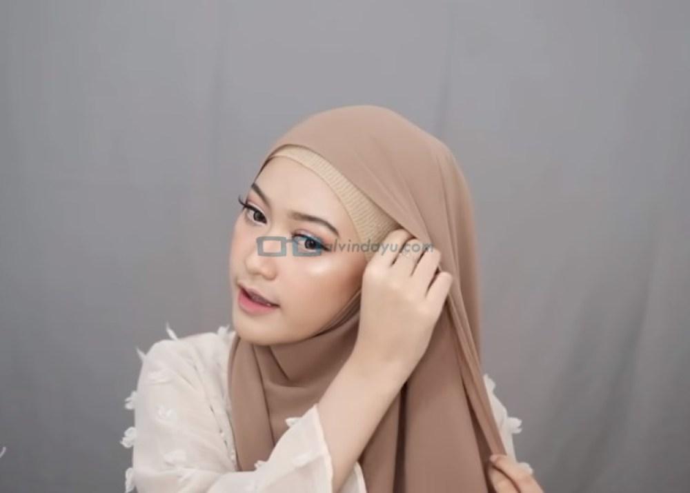 Tutorial Hijab Pashmina Simple Menutup Dada untuk Wajah Bulat, Bawa ke Samping Kepala Sisi yang Lainnya