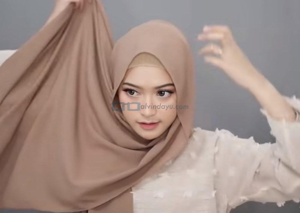 Tutorial Hijab Pashmina Simple Syari Menutup Dada, Bawa Sisi Hijab Ke Belakang Hingga Kembali ke Depan