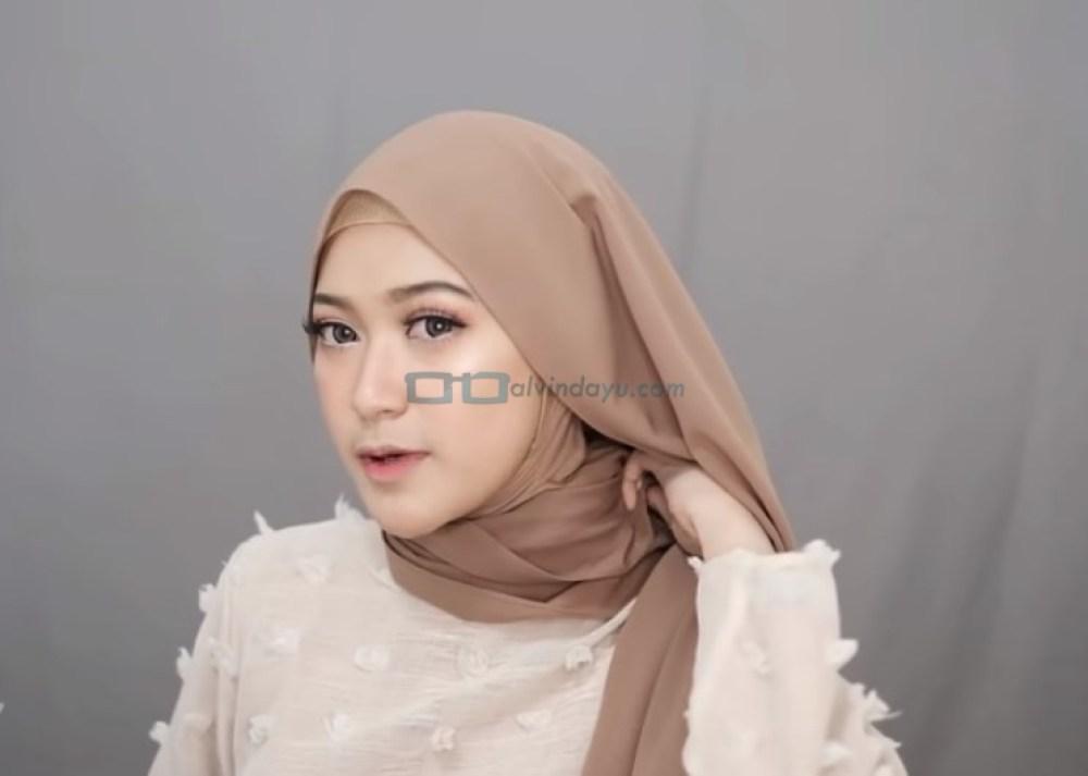 Tutorial Hijab Pashmina Simple Syari untuk Remaja, Bawa Sisi Hijab yang Dirapikan ke Atas Bahu Sisi Lainnya