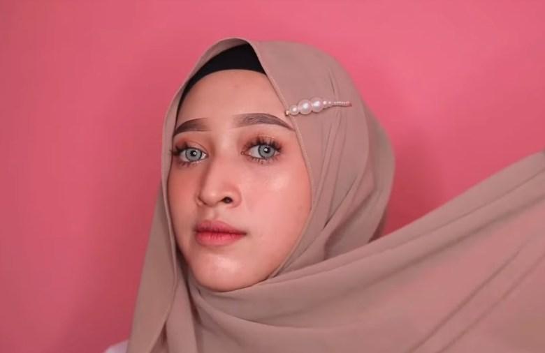 Tutorial Hijab Pashmina Simple dan Mudah Ala Sabyan, Bawa Sisi Hijab yang Lainnya Kesamping Atas Bahu