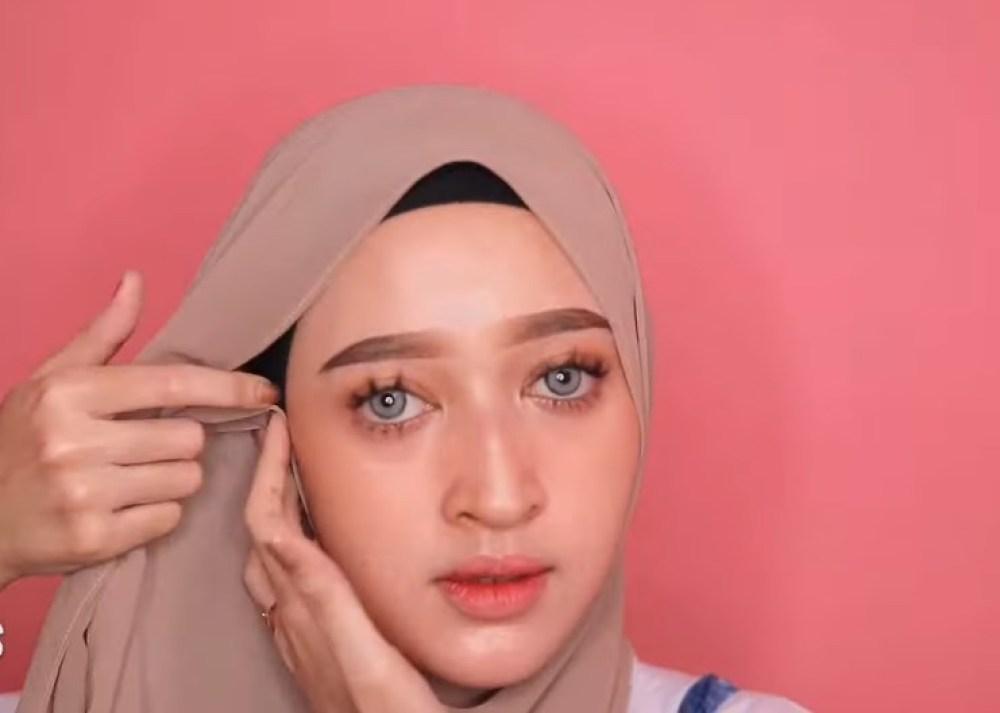 Tutorial Hijab Pashmina Simple dan Mudah Ala Sabyan, Gunakan Inner, Rapikan Hijab dan Bawa Salah Satu Sisi Hijab ke Samping Sisi Lainnya