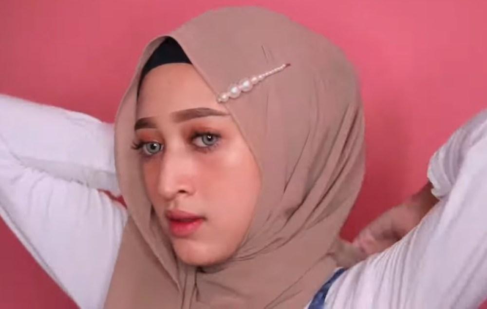 Tutorial Hijab Pashmina Simple dan Mudah Ala Sabyan, Lingkarkan Sisi Hijab Tersebut Hingga ke Bagian Depan Lagi