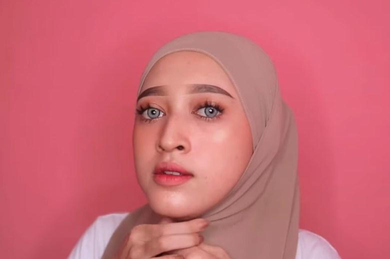 Tutorial Hijab Pashmina Simple dan Mudah Kekinian, Sematkan Jarum Pentul di Bawah Dagu