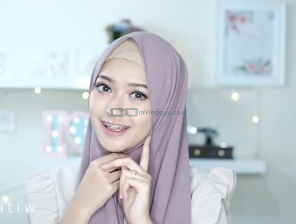 Tutorial Hijab Pesta Elegan Model Pashmina Tanpa Pentul, Rapikan dan Pegang Hijab Dibawah Dagu