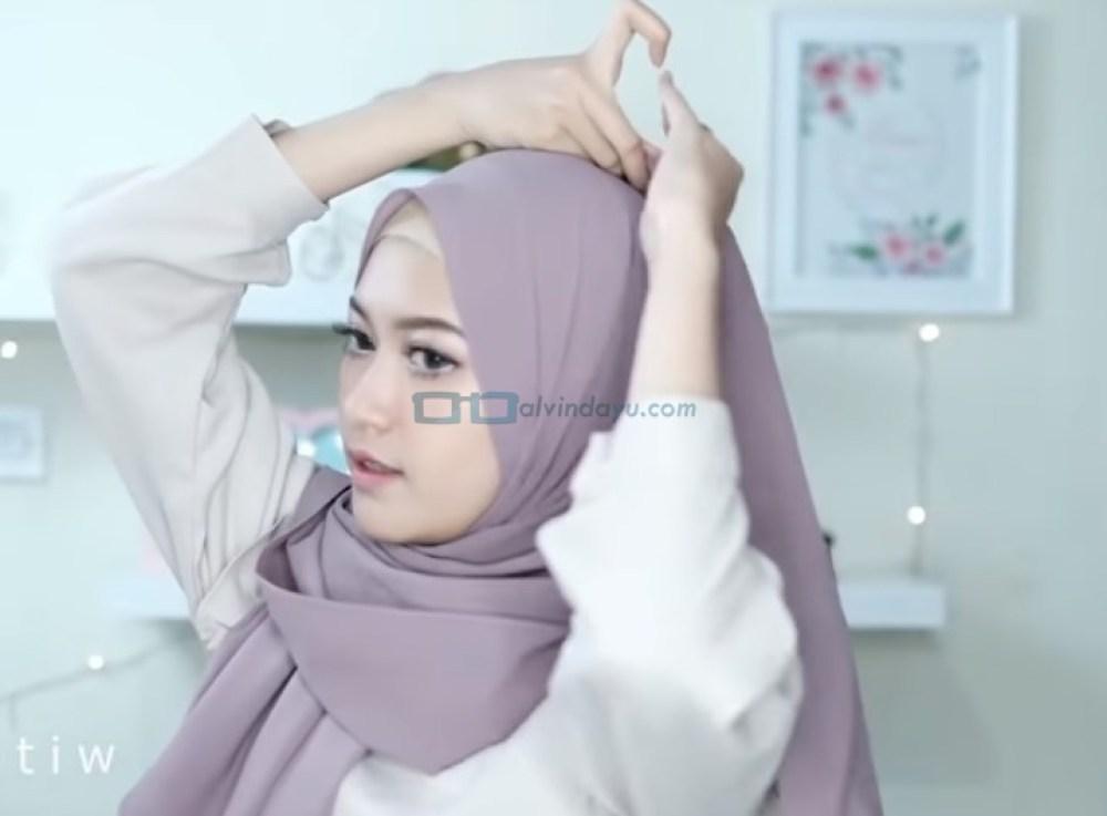 Tutorial Hijab Pesta Elegan Model Pashmina Tanpa Pentul, Sematkan Jarum Pentul di Atas Kepala