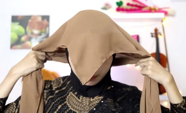 Tutorial Hijab Segi Empat Pesta Model Turban, Pastikan Kedua Sisi Hijab Sama Panjang