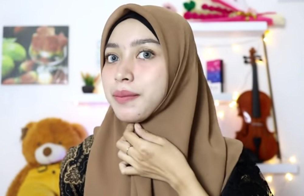 Tutorial Hijab Segi Empat Pesta Simple Modern Kekinian. Sematkan Peniti di Bawah Dagu