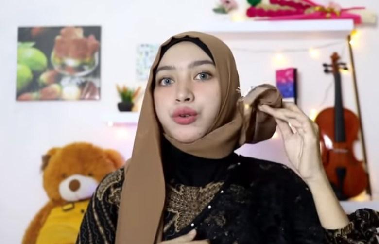 Tutorial Hijab Segi Empat Simple dan Modis Untuk Pesta, Bawa Sisi Hijab yang Pendek ke Bagian Belakang Sisi yang Lainnya