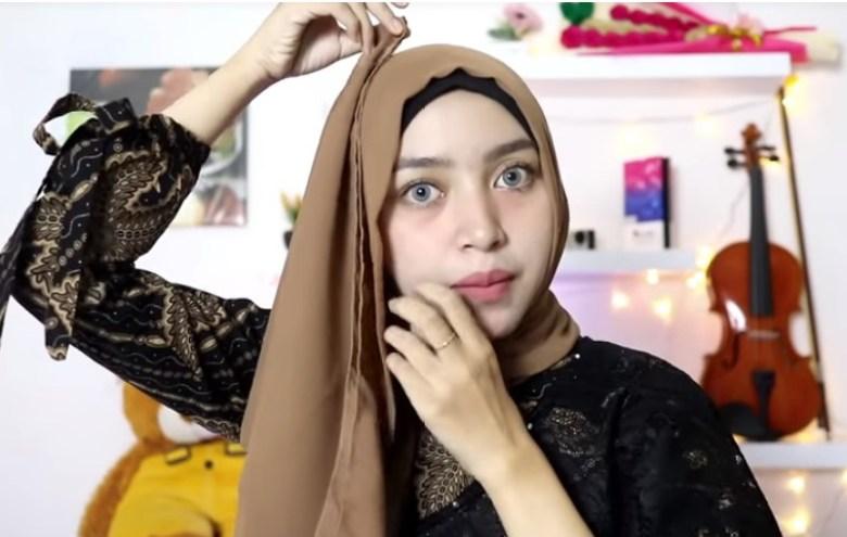 Tutorial Hijab Segi Empat Simple dan Modis Untuk Pesta, Bawa Ujung Hijab ke Atas Kepala Lalu Sematkan Peniti Agar Tetap Rapi