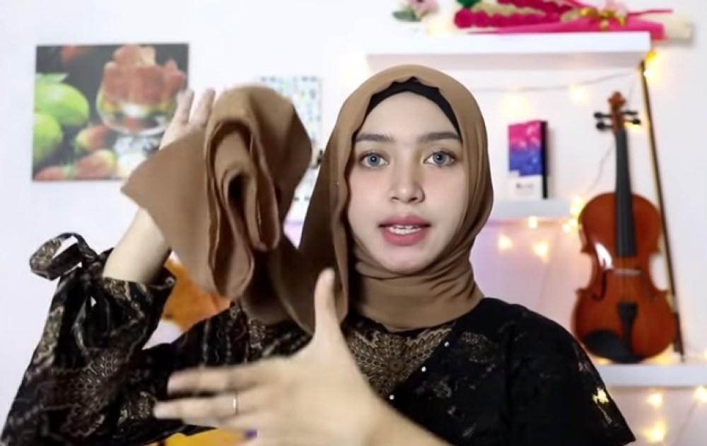 Tutorial Hijab Segi Empat Simple dan Modis Untuk Pesta, Rapikan Sisi Hijab yang Panjang