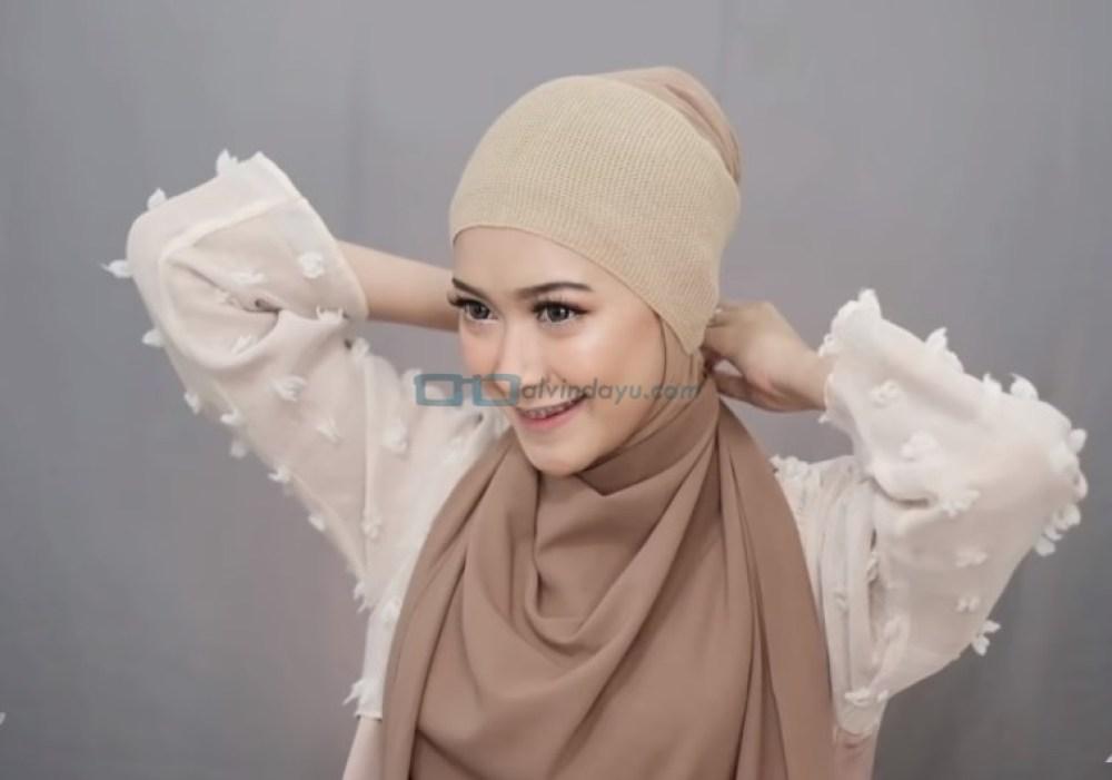 Tutorial Pashmina Simple Menutup Dada Kekinian, Ikat Hijab di Belakang Leher