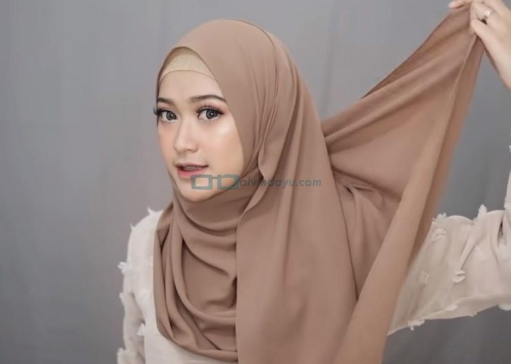 Tutorial Pashmina Syari Simple dan Mudah, Bawa Bagian Sisi Hijab Belakang Keatas
