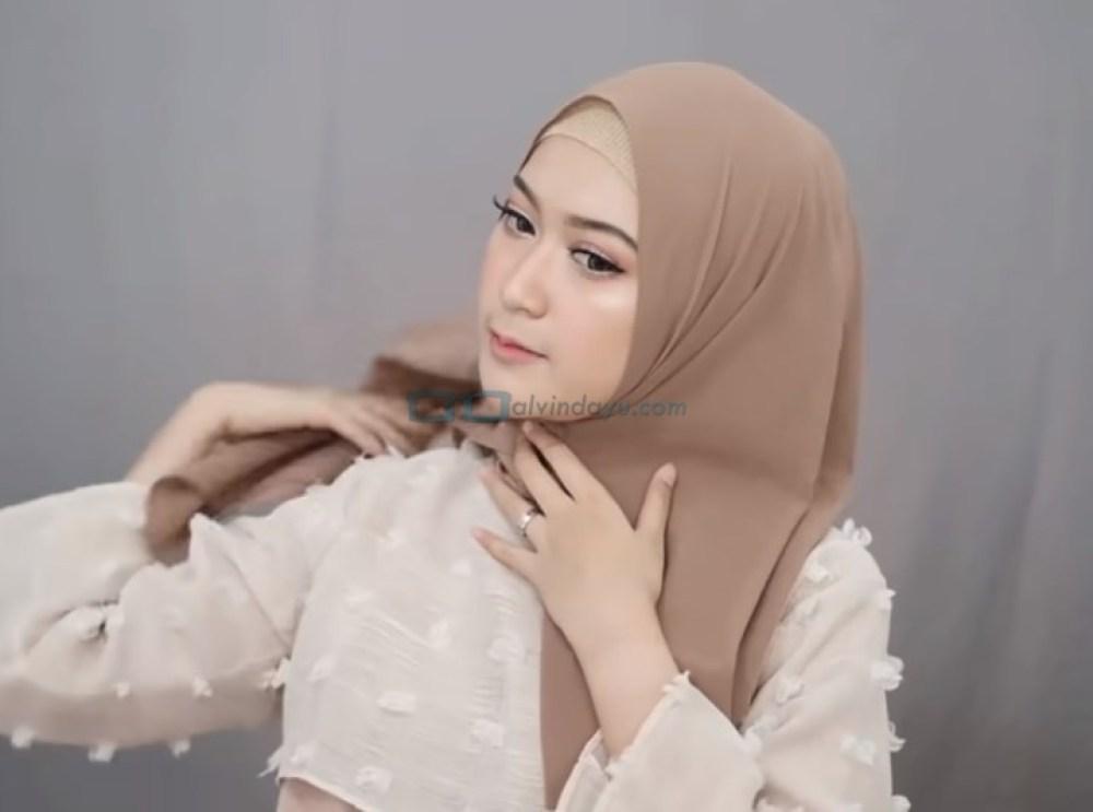 Tutorial Pashmina Syari Simple dan Mudah, Bawa Sisi Hijab yang Lebih Pendek ke Belakang