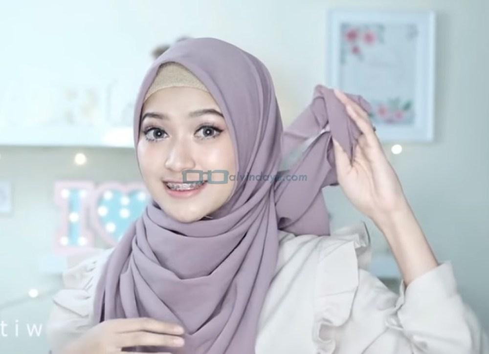 Tutorial HIjab Pashmina Pesta Ala Selebgram, Masukkan Sisa Hijab ke Dalam Hijab Hingga Rapi