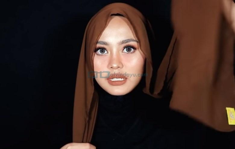 Tutorial Hijab Pashmina Diamond Pesta, Buat Salah Satu Sisi Hijab Lebih Panjang