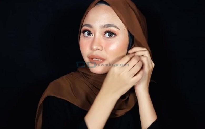 Tutorial Hijab Pashmina Diamond Pesta, Gunakan Aksesoris Hijab Anting Tassel Pada Kedua Sisi
