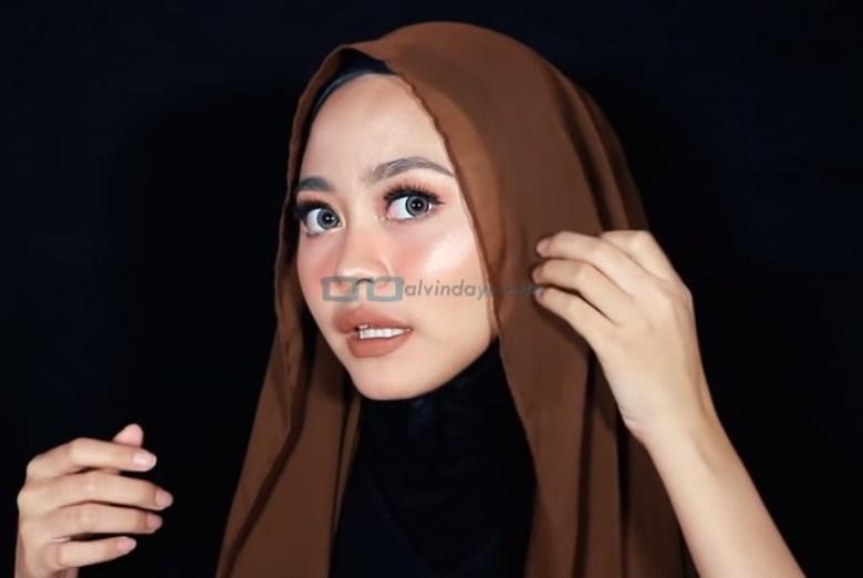 Tutorial Hijab Pashmina Diamond Simple dan Mudah, Lipat Sedikit Sisi Kanan dan Kiri Hijab dengan Rapi Sesuai Bentuk Wajah