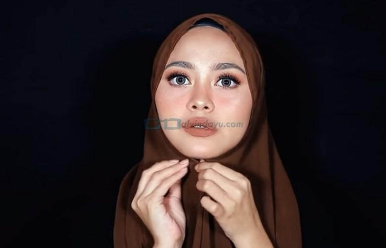 Tutorial Hijab Pashmina Diamond Simple untuk Remaja, Sematkan Jarum Pentul Dibawah Dagu