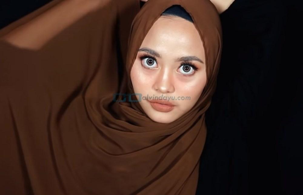 Tutorial Hijab Pashmina Diamond Syari Menutup Dada, Bawa Sisi Hijab yang Panjang Melingkar Leher Hingga Kembali ke Depan