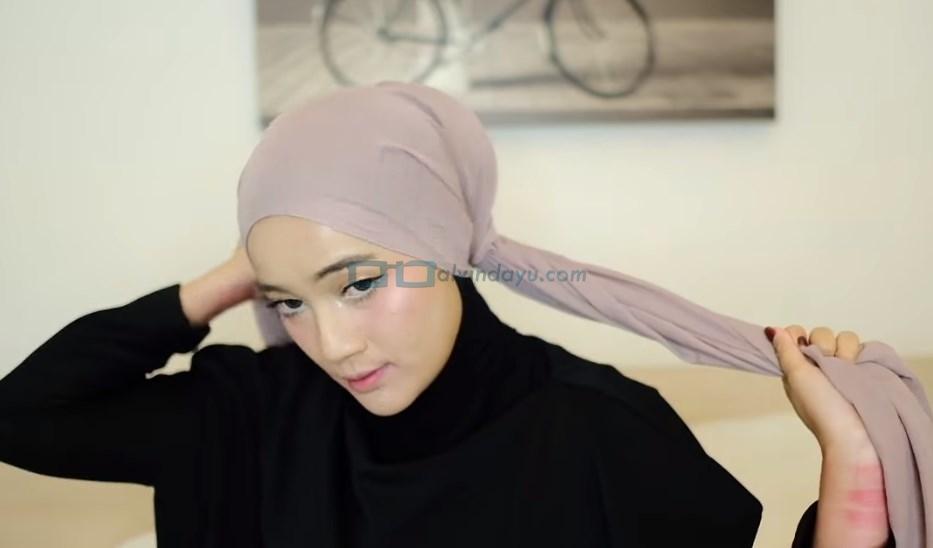 Tutorial Hijab Pashmina Diamond Turban, Ambil Salah Satu Sisi Hijab