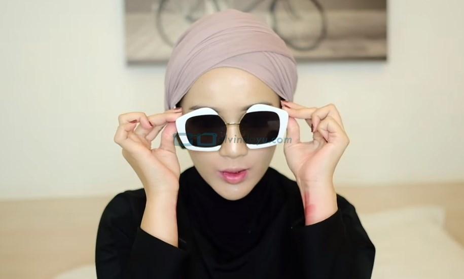 Tutorial Hijab Pashmina Diamond Turban, Gunakan Aksesoris Kacamata Agar Lebih Kece