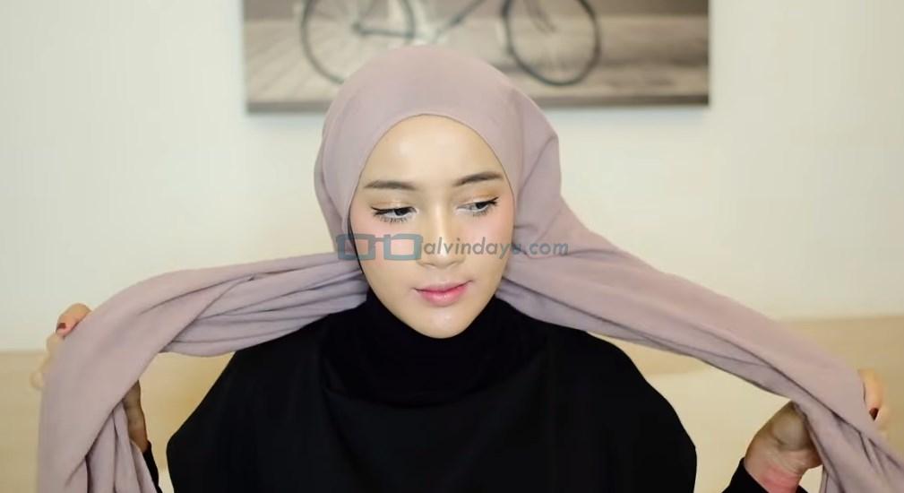 Tutorial Hijab Pashmina Diamond Turban, Silangkan Hijab Agar Lebih Rapi