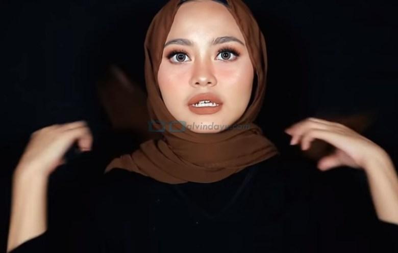 Tutorial Hijab Pashmina Diamond Wajah Bulat, Bawa Kedua Sisi Hijab Menyilang ke Belakang
