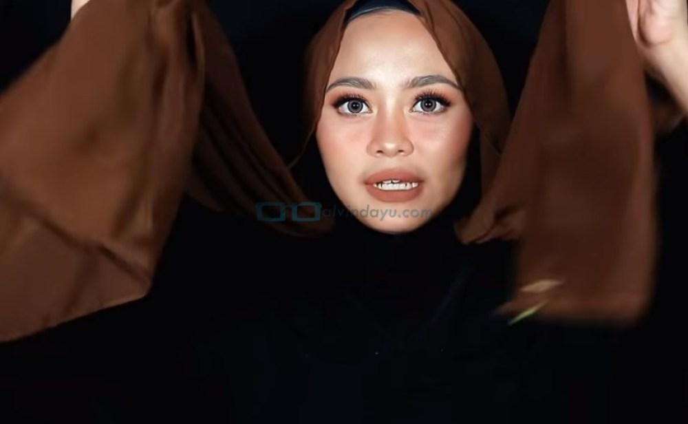 Tutorial Hijab Pashmina Diamond Wajah Bulat, Buat Kedua Sisi Hijab Sama Panjang