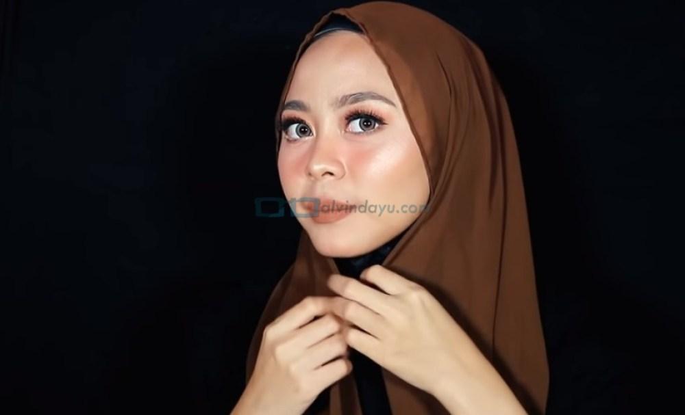 Tutorial Hijab Pashmina Diamond Wajah Bulat, Lipat Sedikit Sisi Hijab dengan Rapi Sesuai Bentuk Wajah