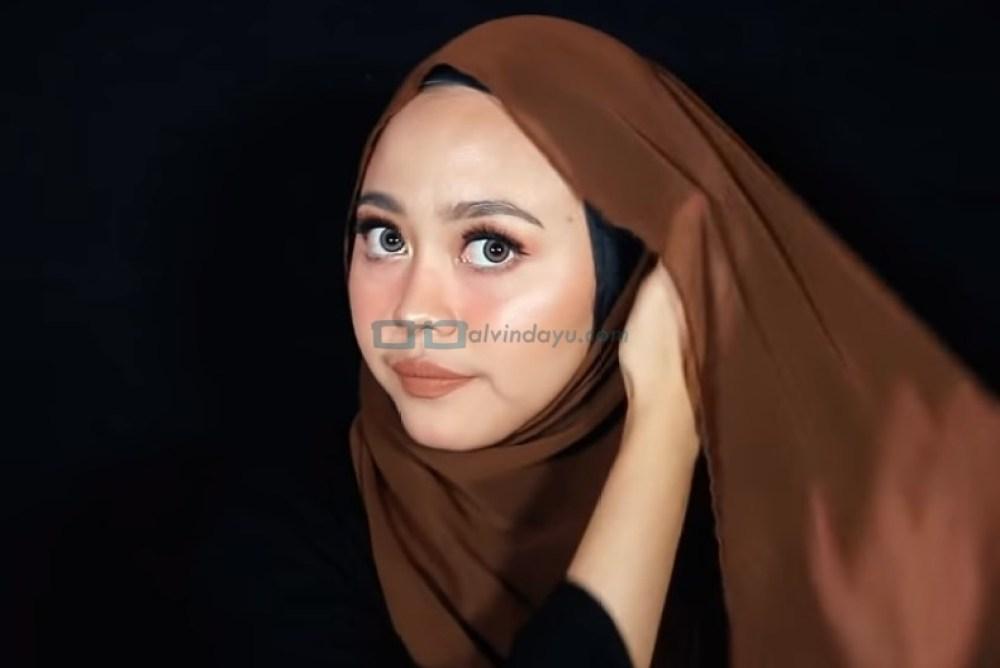 Tutorial Hijab Pashmina Diamond untuk Remaja Kekinian, Bawa Sisi Hijab yang Dilipat ke Sisi Lainnya dan Sematkan Jarum Pentul