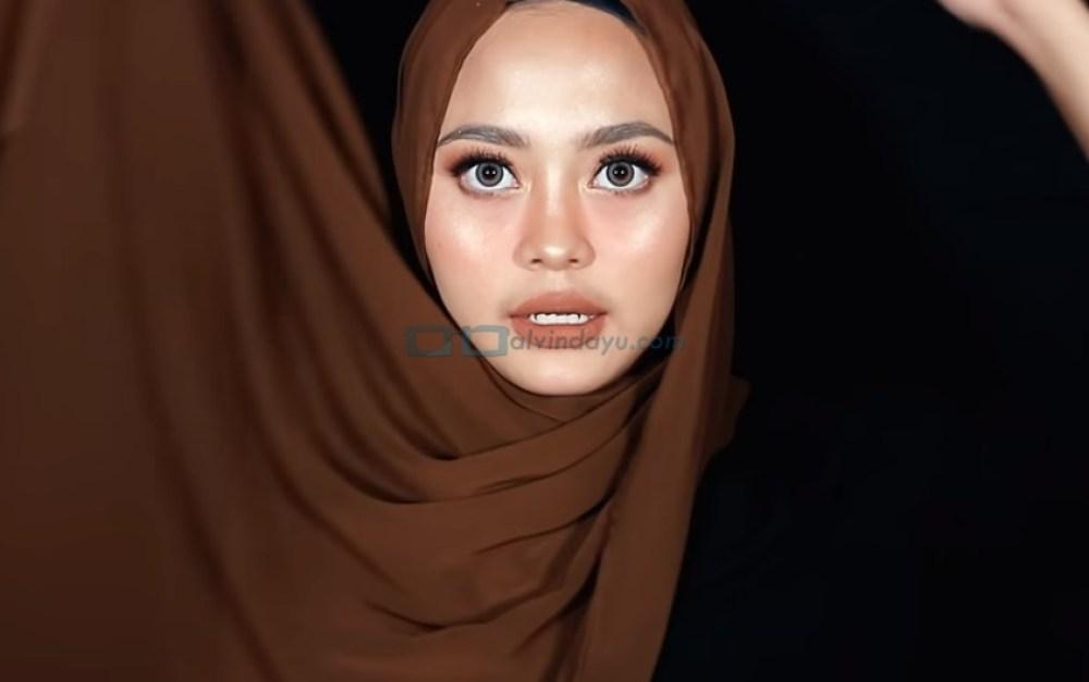 Tutorial Hijab Pashmina Diamond untuk Remaja Kekinian, Bawa Sisi Hijab yang Panjang ke Atas Kepala