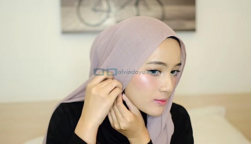 Tutorial Hijab Pashmina Pesta, Sematkan Jarum Pentul
