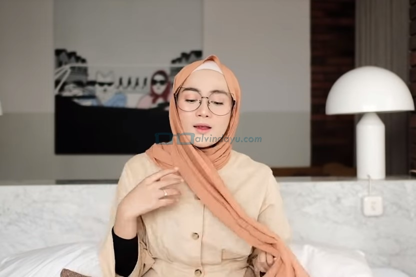 Tutorial Hijab Pashmina Simple Kuliah Pakai Kacamata, Bawa Sisi Hijab Lainnya ke Belakang Juga