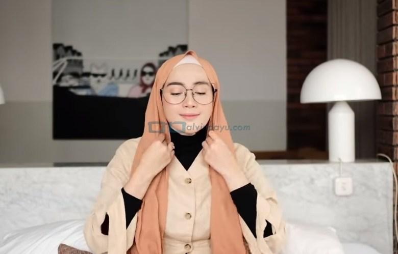 Tutorial Hijab Pashmina Simple Kuliah Pakai Kacamata, Rapikan dan Sesuaikan dengan Bentuk Wajah