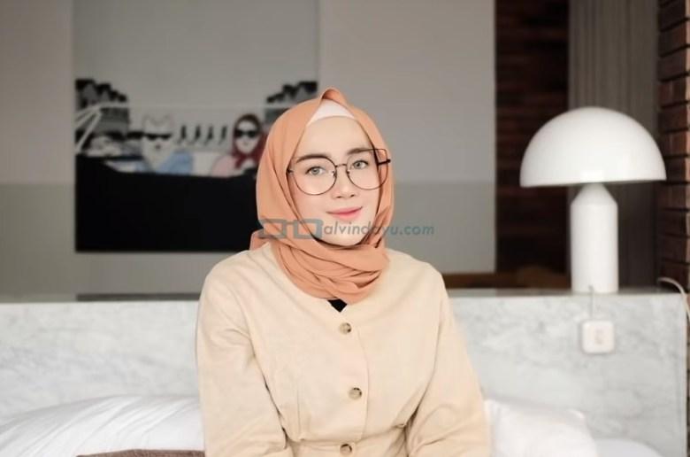 Tutorial Hijab Pashmina Simple Kuliah Pakai Kacamata SELESAI