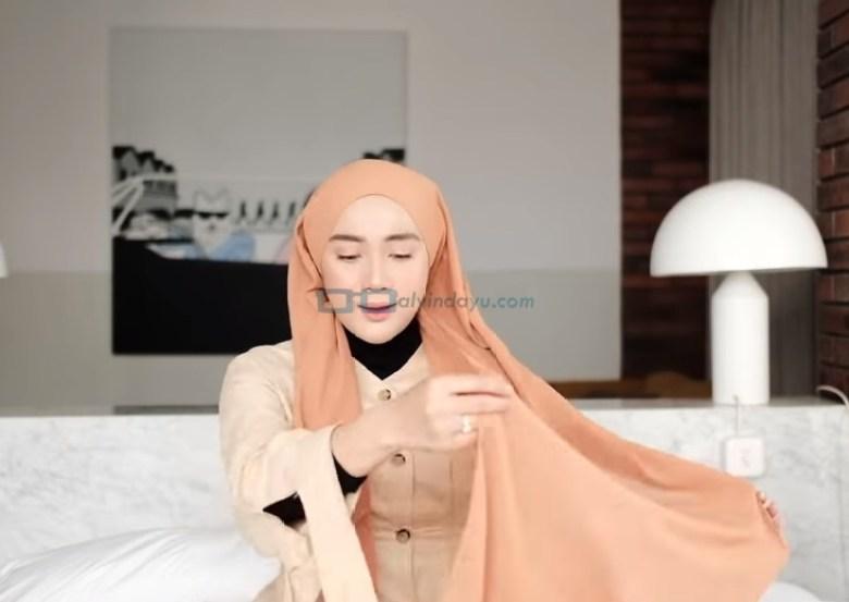 Tutorial Hijab Pashmina Simple dan Mudah Kuliah, Ambil Sisi Hijab yang Panjang