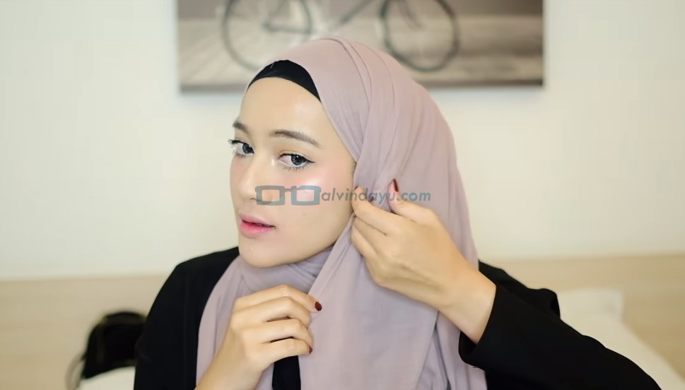 Tutorial Hijab Pashmina Simple dan Mudah, Selipkan Sisi Hijab Pashmina ke Dalam Hijab Samping Pipi