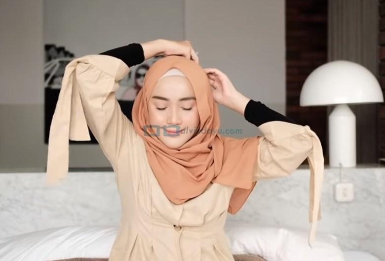 Tutorial Hijab Pashmina Simple untuk Remaja Kuliah, Sematkan Jarum Pentul Pada Hijab Diatas Kepala