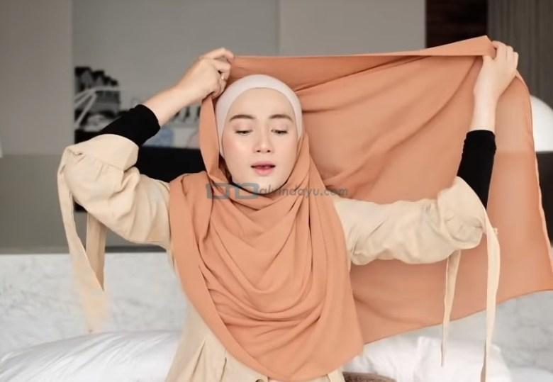 Tutorial Hijab Pashmina Simple untuk Wajah Bulat dan Berkacamata, Bawa Sisi Hijab Pashmina Panjang Hingga Keatas Kepala