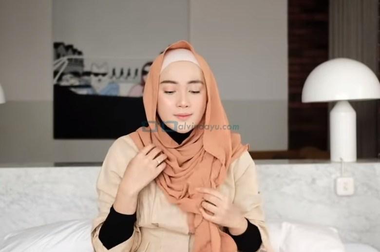 Tutorial Hijab Pashmina Simple untuk Wajah Bulat dan Berkacamata, Rapikan Hijab Pashmina