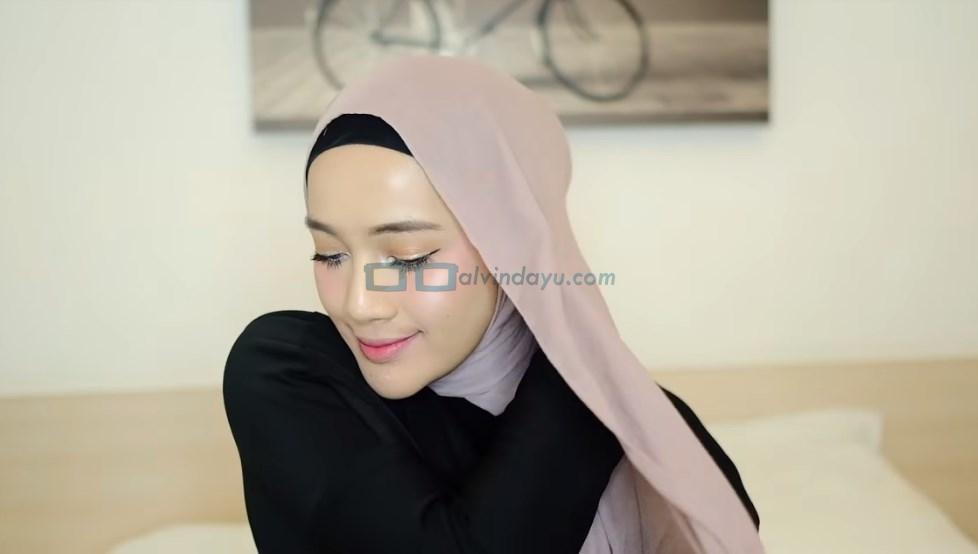 Tutorial Hijab Pashmina Syari, Bawa ke Belakang Bahu dan Rapikan