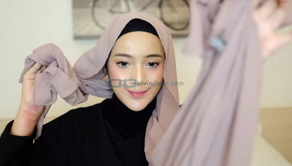 Tutorial Hijab Pashmina Syari, Pastikan Salah Satu Sisi Hijab Lebih Panjang