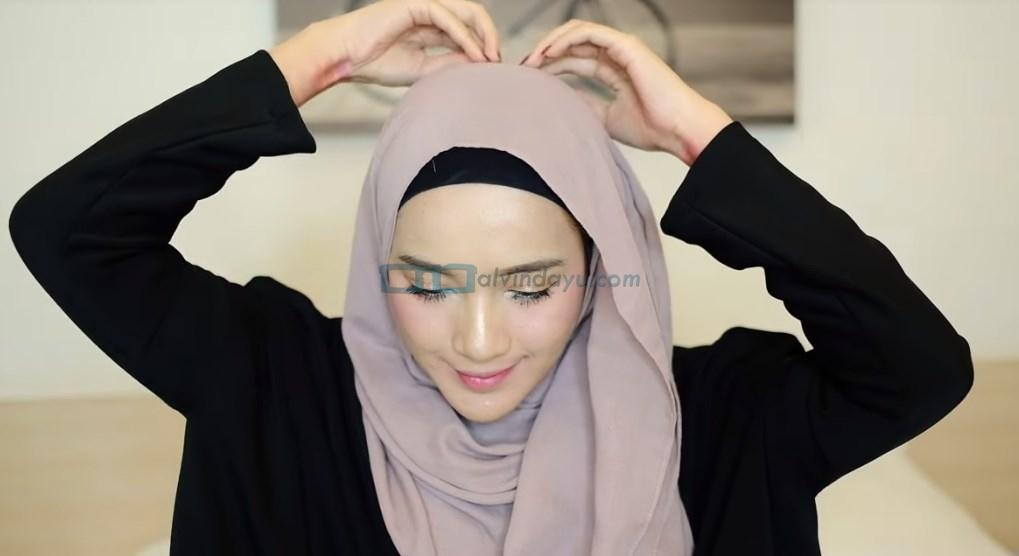 Tutorial Hijab Pashmina Syari, Sematkan Jarum Pentul Diatas Kepala