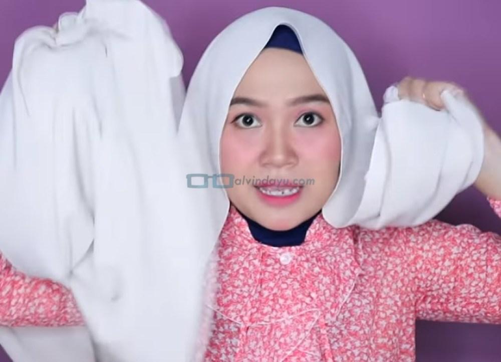 Tutorial Hijab Pashmina Wajah Bulat Agar Terlihat Tirus, Buat Salah Satu Sisi Hijab Lebih Panjang