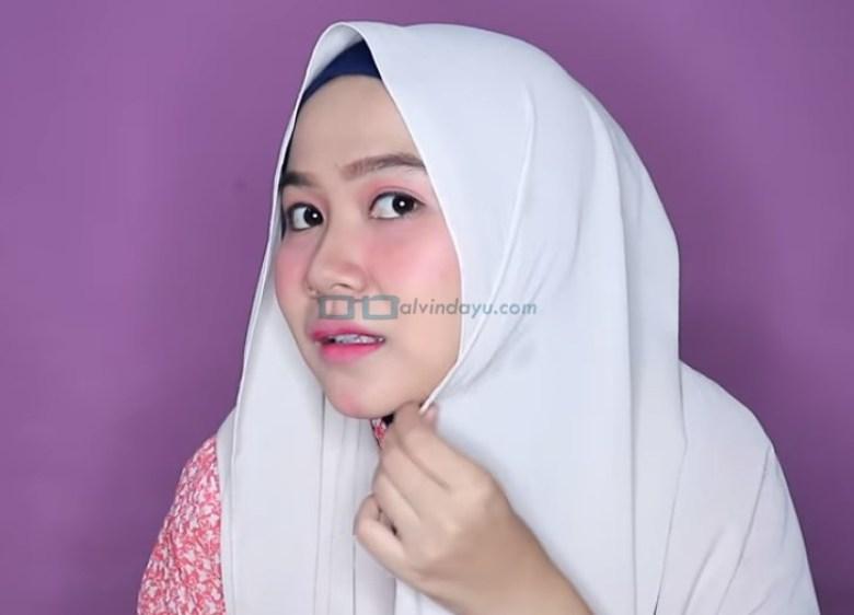 Tutorial Hijab Pashmina Wajah Bulat untuk Syari Menutup Dada, Lipat Sedikit Sisi Hijab yang Lebih Pendek