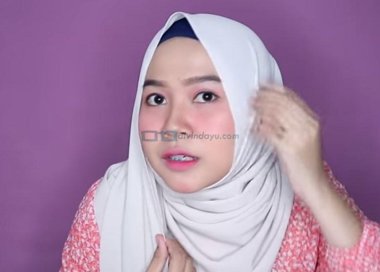 Tutorial Hijab Pashmina Wajah Bulat untuk Syari Menutup Dada, Rapikan Hijab dan Pastikan Menutupi Wajah Bulat dan Pipi Tembem