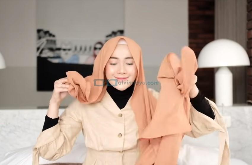 Tutorial Hijab Pashmina untuk Kuliah Simple Ala Selebgram, Pastikan Salah Satu Sisi Hijab Pashmina Lebih Panjang
