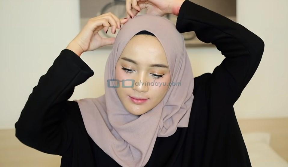 Tutorial Hijab Pashmina untuk Remaja, Sematkan Jarum Pentul pada Hijab Diatas Kepala