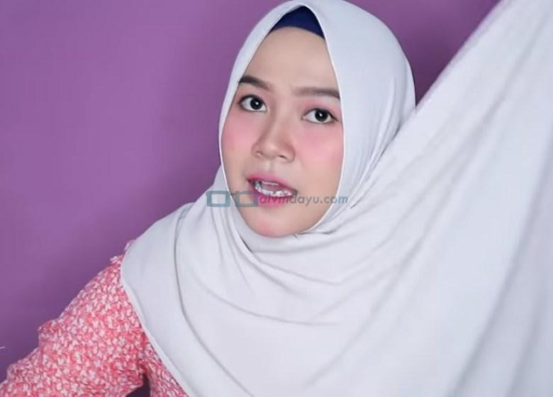 Tutorial Hijab Pashmina untuk Wajah Bulat dan Gemuk Tembem, Bawa Sisi Hijab ke Atas Kepala