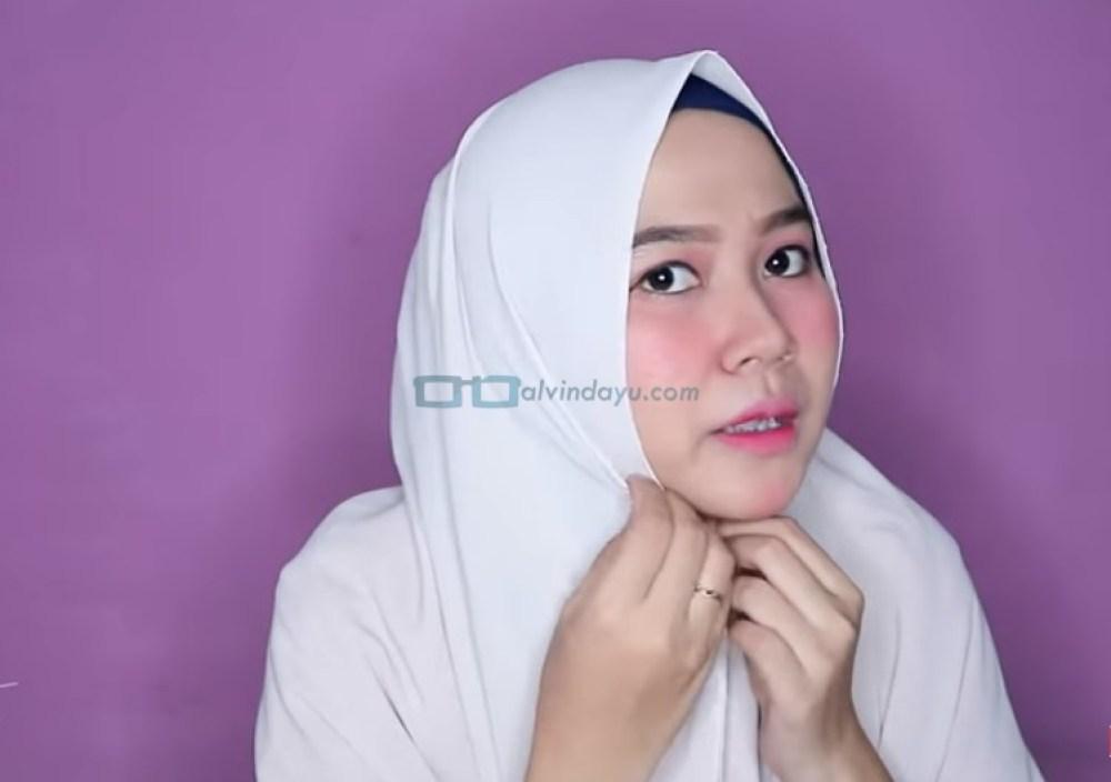Tutorial Hijab Pashmina untuk Wajah Bulat dan Gemuk Tembem, Lipat Sedikit Kedua Sisi Hijab Agar Terlihat Tirus